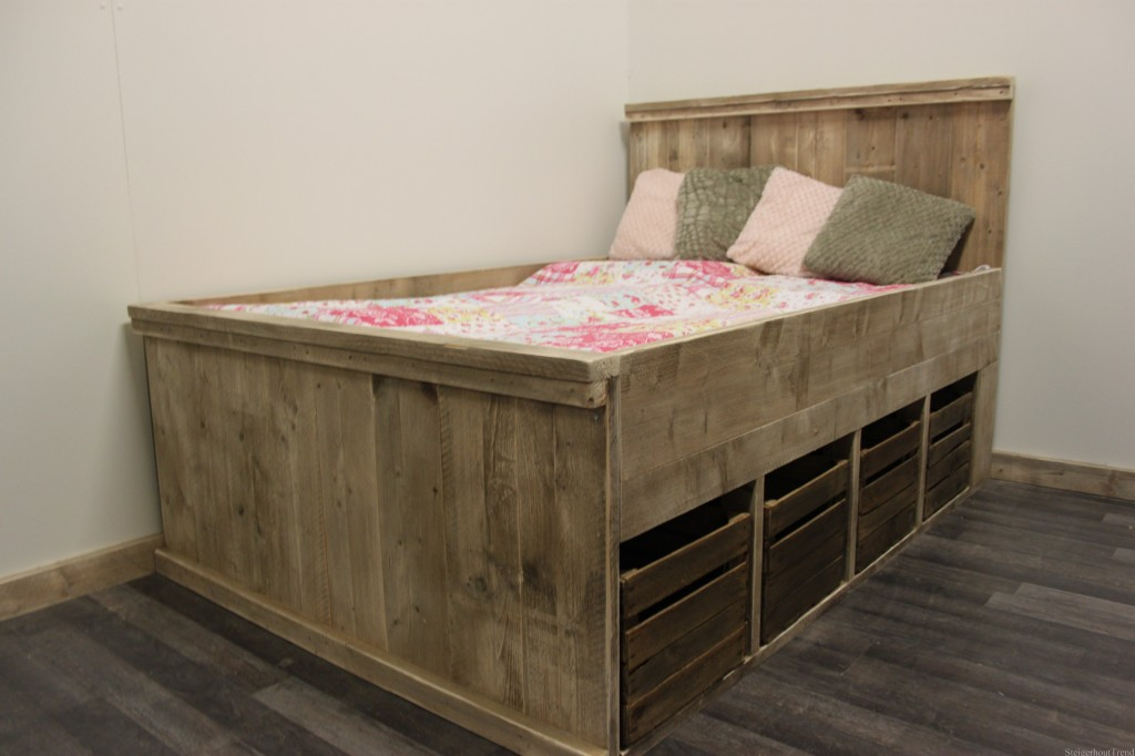 Steigerhouten bed lima met fruitkistjes for Steigerhout bed