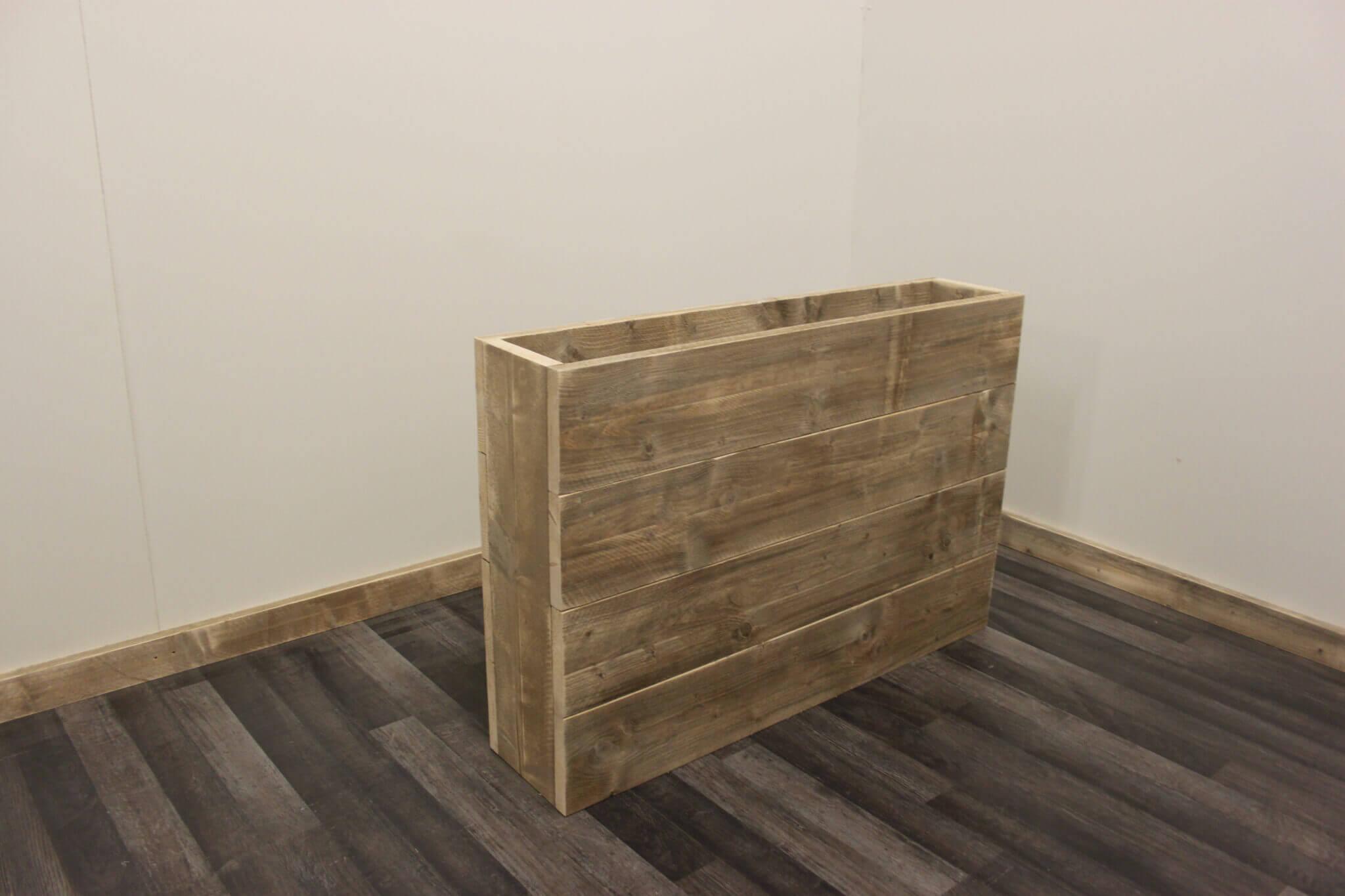 Bloembak met horizontale planken scheidingswand