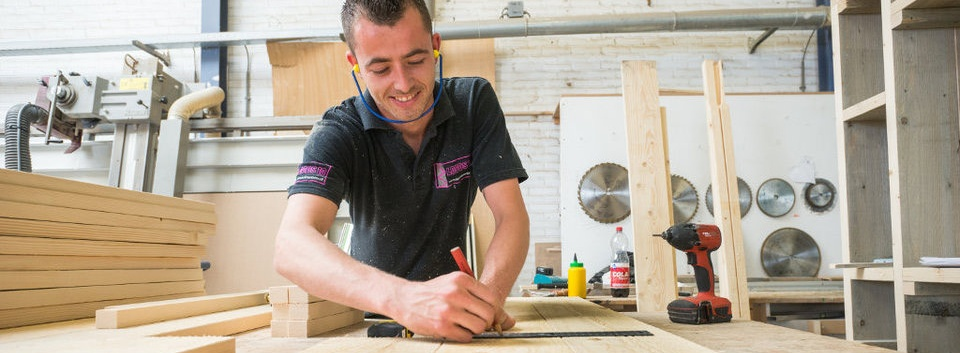 Steigerhouten meubelen fabriek in Groningen