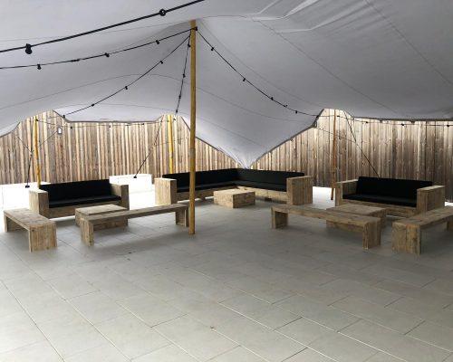 Buitenterras met steigerhouten bankjes en loungebanken