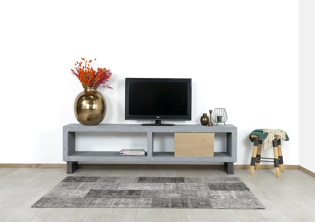 Betonlook TV meubel Evergreen met industriele poten en houten schuifdeur