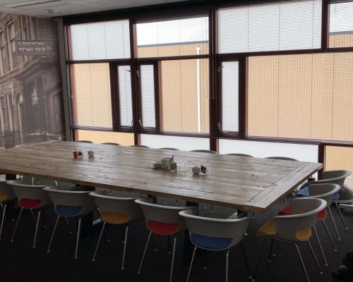 Steigerhouten vergadertafel met versterkte tafelblad