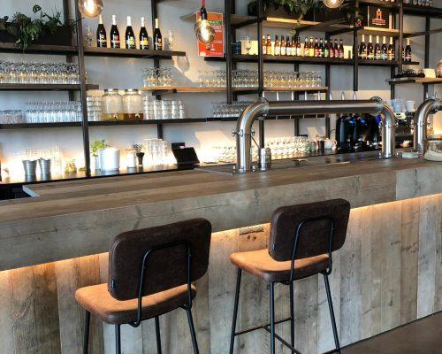 Steigerhouten bar met industriele barstoelen