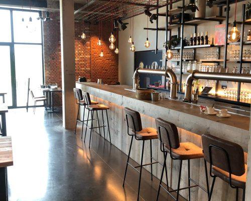 Zijaanzicht steigerhouten bar met stoelen