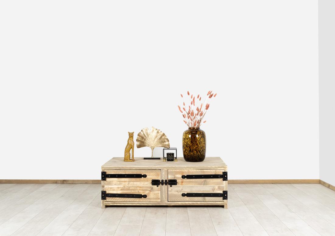 Steigerhouten salontafel Balta met deuren en zwart beslag